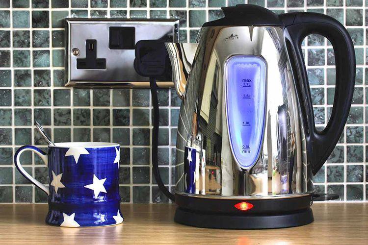 Современные чайники выпускаются в большинстве своём с закрытым нагревательным элементом, что очень удобно, так как очистить чайник без труда можно, даже не прибегая к химическим средствам