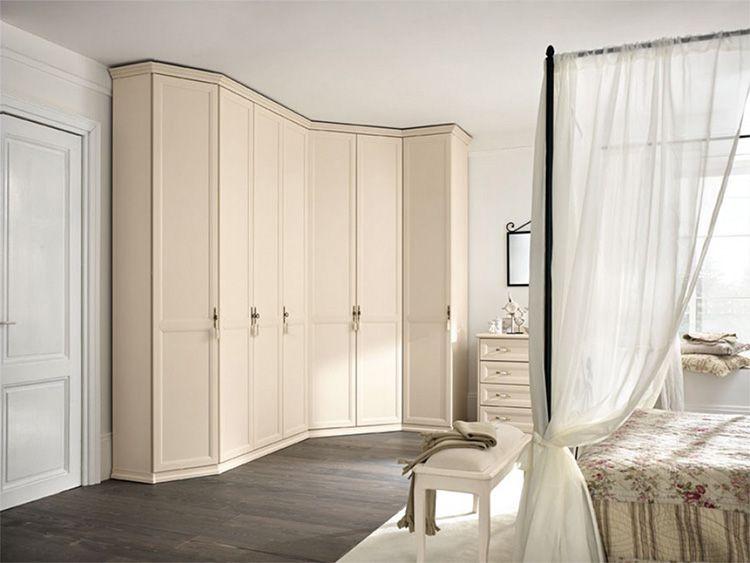 Оттенок встроенного шкафа органично сочетается с молочной гаммой других предметов и текстиля