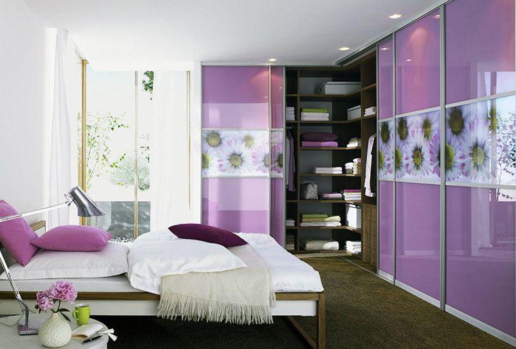 Фото углового встроенного шкафа-купе в спальне