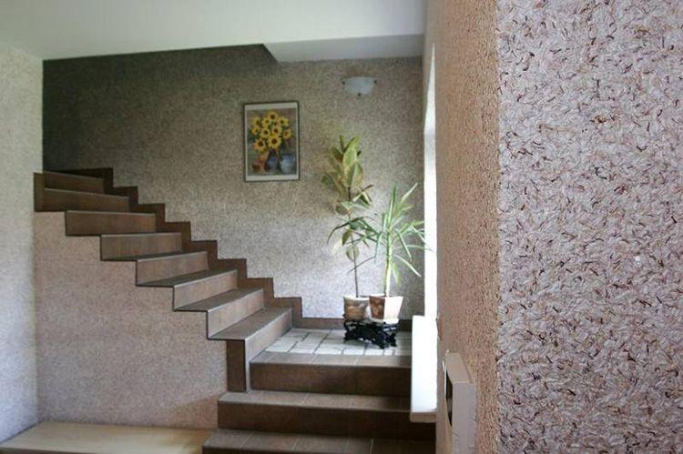Выразительная фактура стен станет отличным фоном для произведений искусства