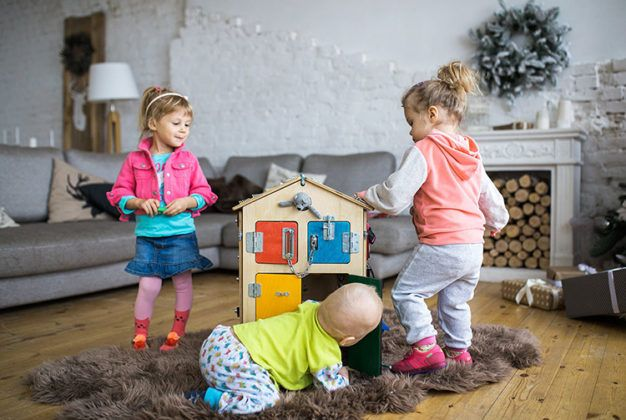 Палочка-выручалочка для родителей непоседы: строим бизиборд своими руками