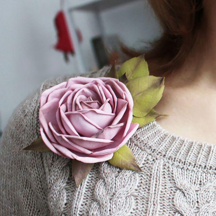Брошь в виде розы из глиттерного фоамирана