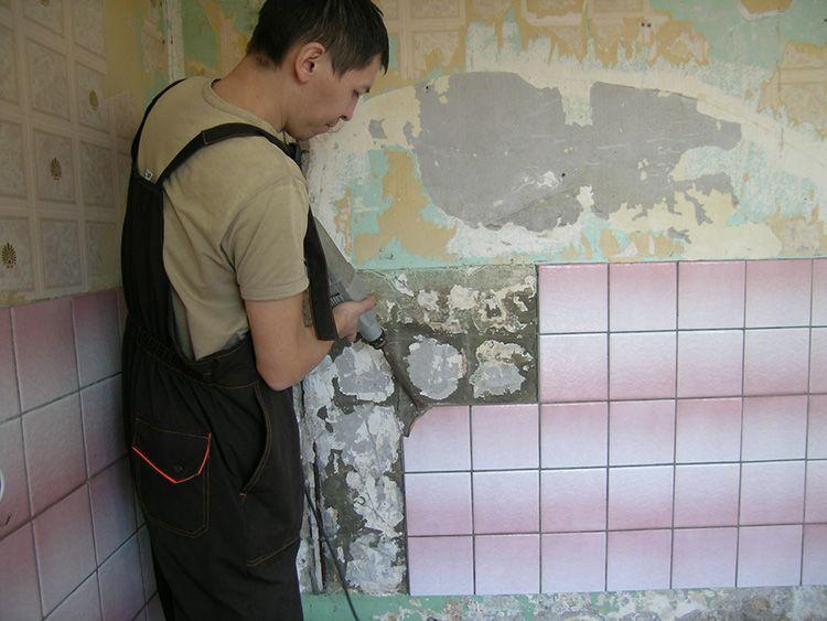 Перфоратор помогает быстро очистить стены