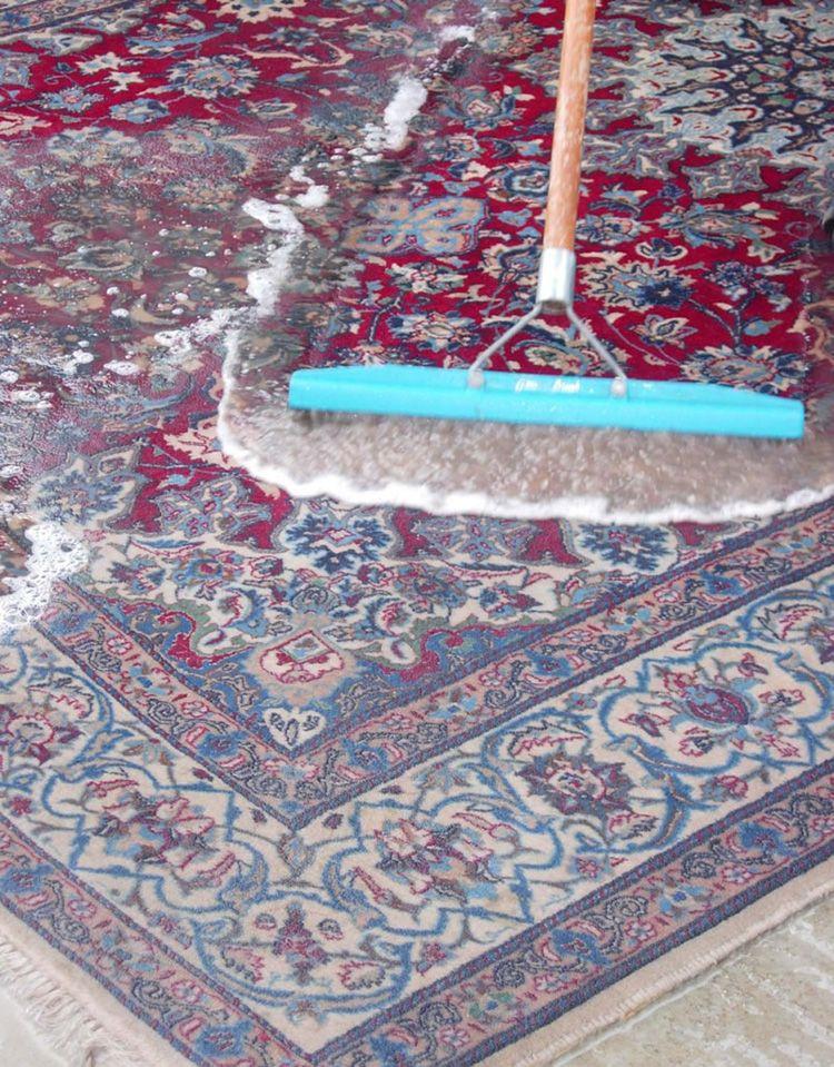 Прежде чем почистить ковровое покрытие, следует ознакомиться с инструкцией