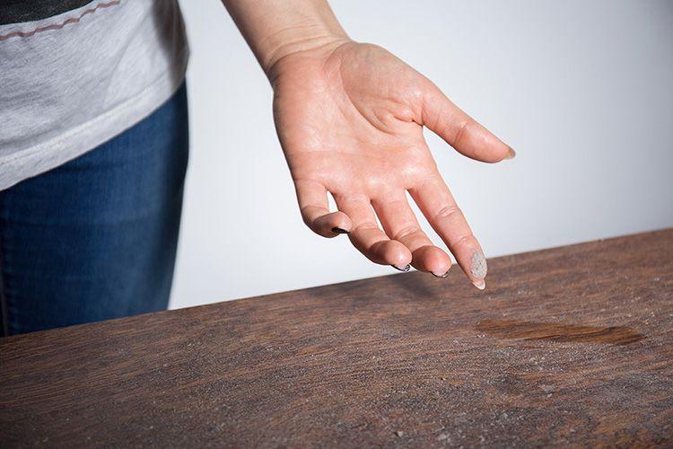Убирать пыль с помощью стеклоочистителя не стоит