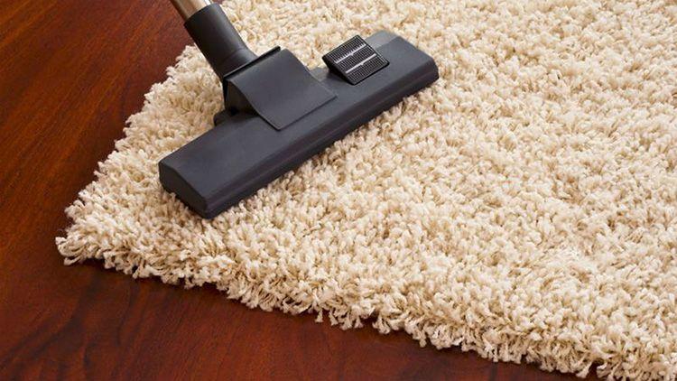 Пылесос помогает собрать пыль