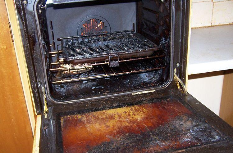 Удалять нагар можно по-разному: существует множество способов, чем отмыть духовку от старого пригоревшего жира