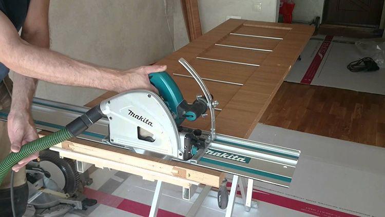 Для корректировки размеров дверного полотна следует использовать специальный инструмент