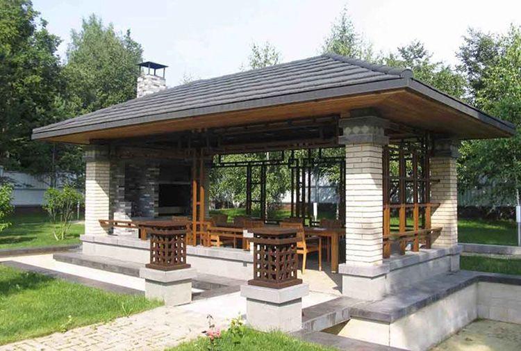 Конструкция только из кирпичных столбов и крыши делает беседку просторной и воздушной