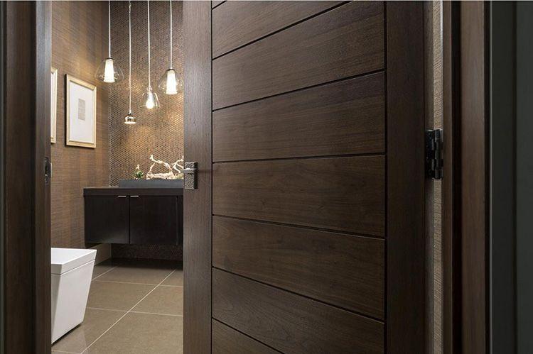 Отделка из шпона придаёт обычной двери благородный вид, которым обладает натуральная древесина