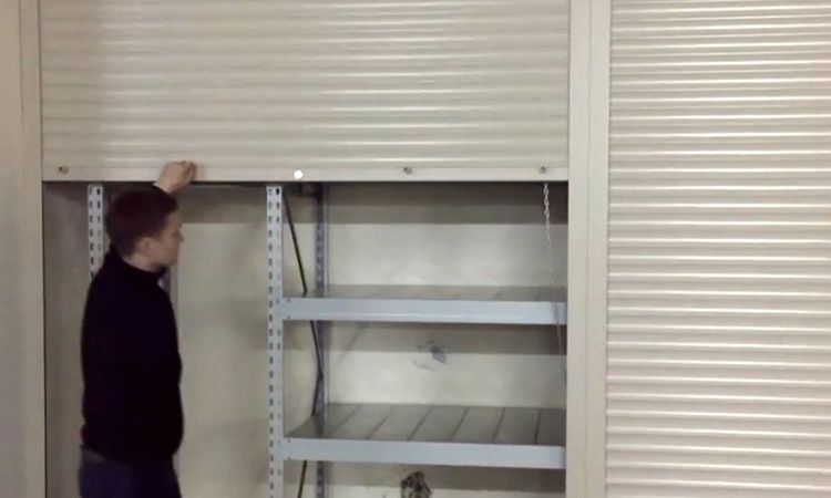 Пружинно-инерционный привод позволяет полотну роллет оставаться в промежуточном положении
