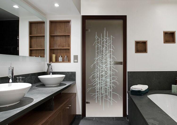 Стеклянная дверь в ванную смотрится красиво, но стоит очень дорого