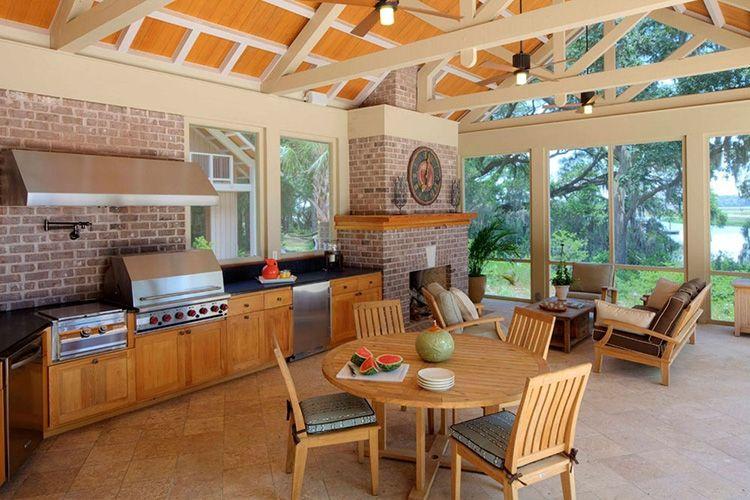 Столовая зона в летней кухне-павильоне