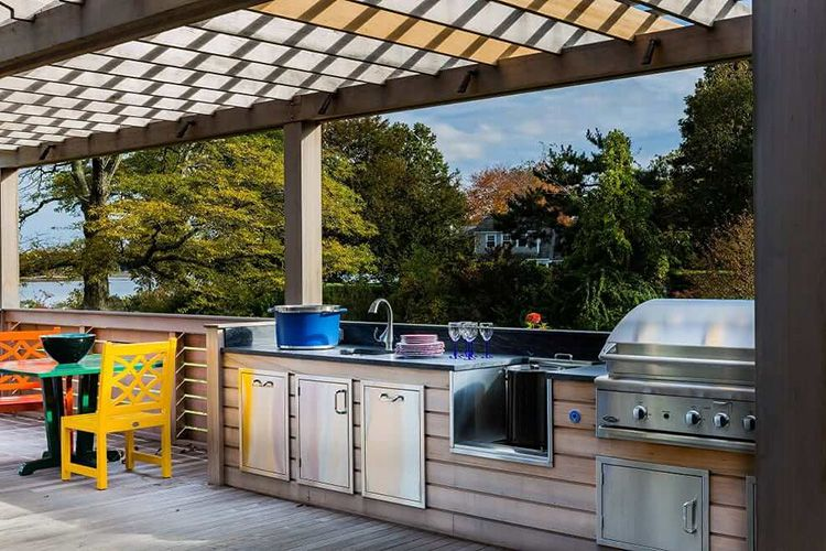 Функциональная рабочая зона на кухне с барбекю