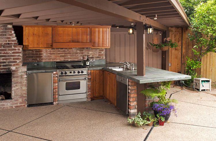 Рабочая зона на летней кухне, пристроенной к основному зданию