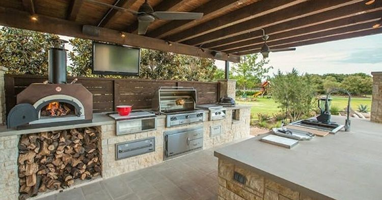Рабочая зона кухни с печью, барбекю и плитой