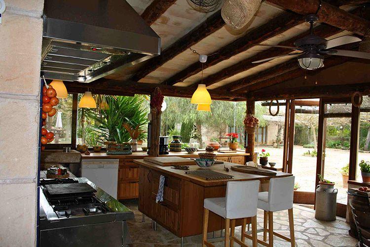 Для строительства кухни можно использовать любые материалы, а также комбинировать их