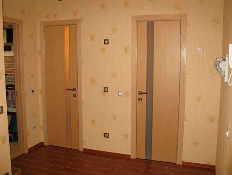 Стеклянные вставки на двери позволят оживить интерьер