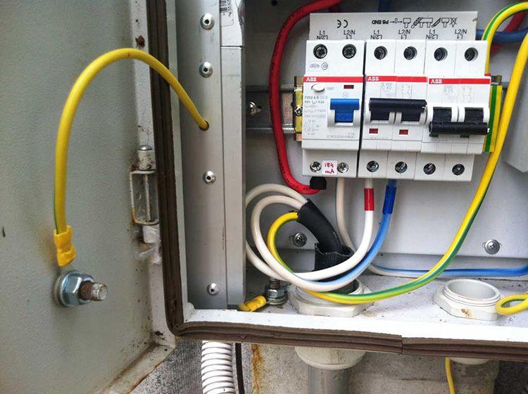 Использование заземления при подключении бытовой техники позволит избежать выхода из строя техники и поражения электротоком