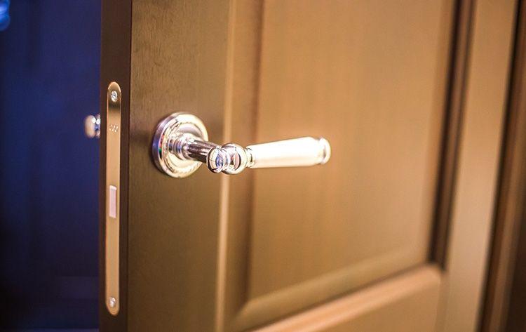 Фурнитура двери в ванную должна быть высокого качества, поскольку она подвержена воздействию влаги, пара и перепадов температур