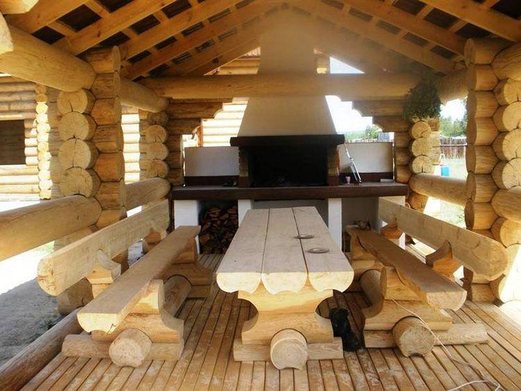 Бревенчатая открытая летняя кухня с мангалом
