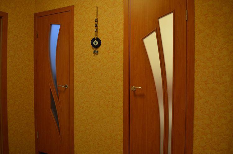 Двери со стеклянными вставками смотрятся оригинальнее глухих конструкций