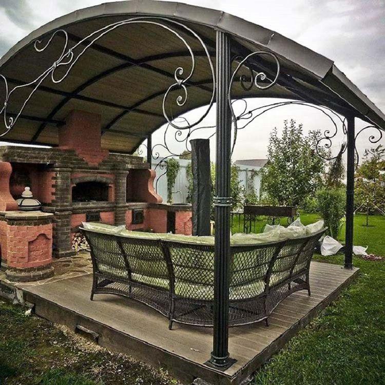 Летняя кухня с металлическими столбами, элементами ковки и комбинированным полом