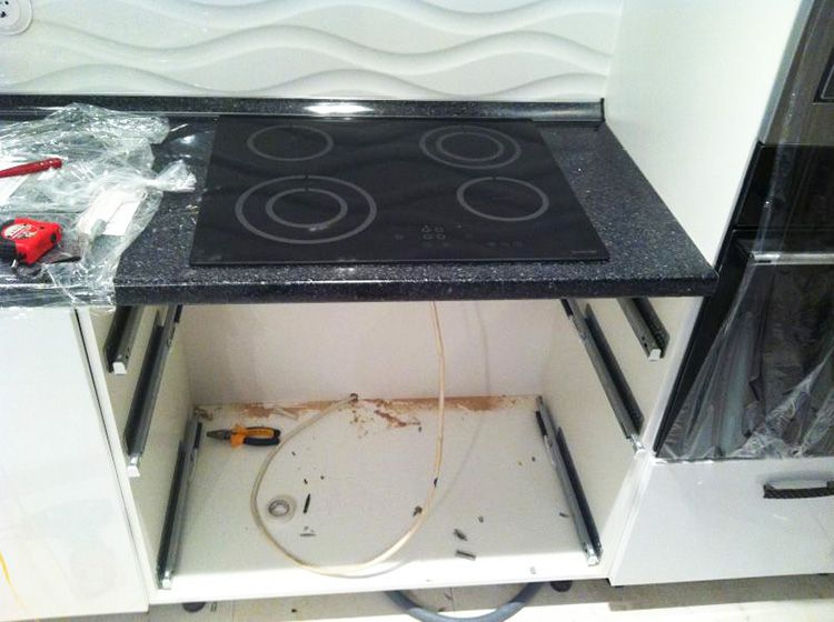 Шкаф для варочной панели, в котором, вместо духового шкафа, предусмотрены ящики