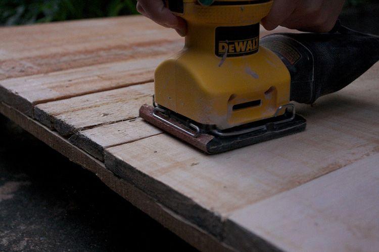 Ошкуривание древесины шлифмашинкой