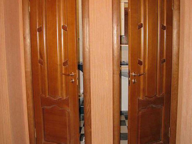 Деревянные двери обладают хорошей тепло- и звукоизоляцией