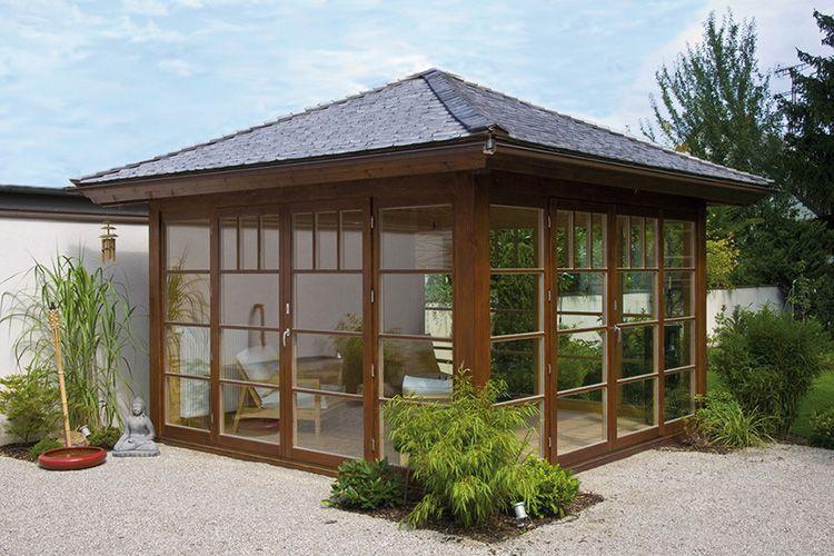 Большое количество стеклянных поверхностей делает конструкцию более лёгкой и светлой