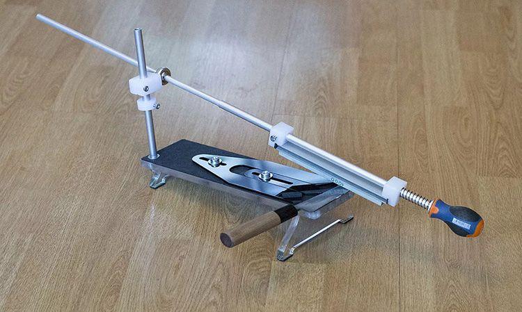 Наиболее совершенным устройством для заточки ножей на сегодняшний день являются станки типа Apex. Причём есть их вариации, работающие на плавно изменяемый угол заточки или фиксированные углы
