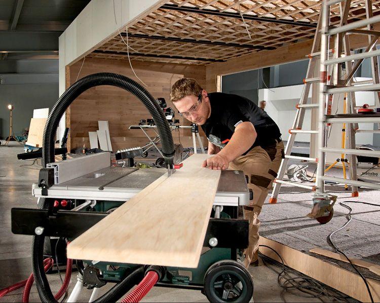 Стационарная циркуляционная пила может быть закреплена на литой станине или сборной конструкции. Современные полупрофессиональные станки выполнены на раме с колёсами – так использовать её можно в любом уголке цеха