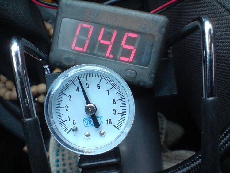 Один из самых необходимых – манометр. Он помогает отслеживать данные о температуре, а также давлении