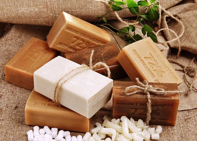 Знакомый с детства коричневый кусочек (а мыло необходимо предварительно натереть и растворить в тёплой воде) не только освободит холодильник от запаха, но и обезвредит микробов и микроорганизмов
