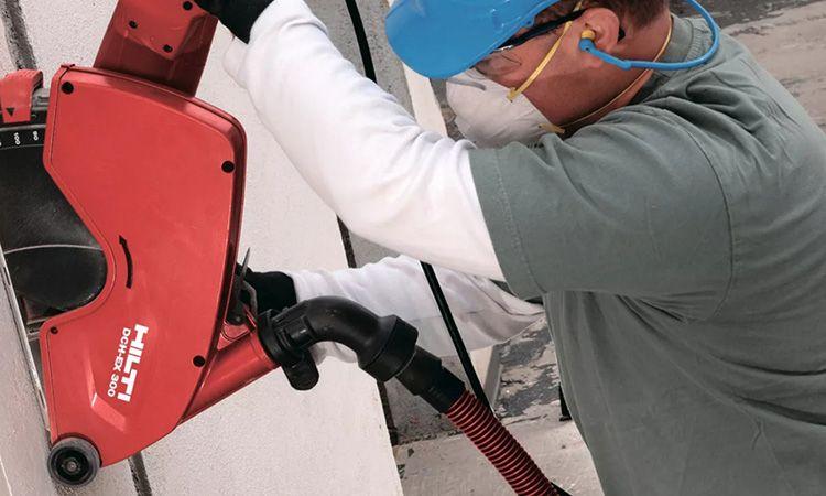 Система пылеудаления состоит из кожуха с патрубком для подключения пылесоса, мешка или контейнера с фильтром