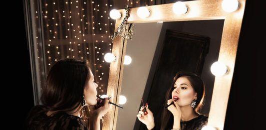 Мечта каждой красотки: выбираем современное зеркало с подсветкой для макияжа
