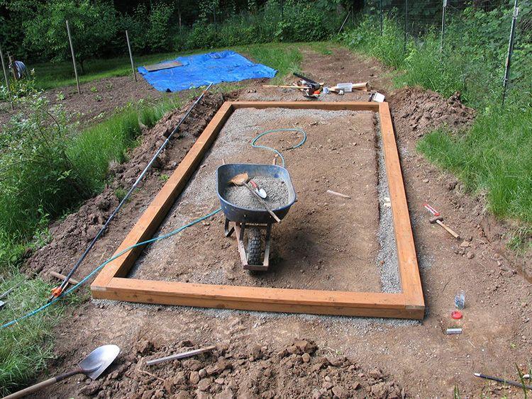 Далее выкладываем основание. Можно использовать брус или кирпич. Если используете деревянное основание, углы можно соединить по системе шип паз, или скрепить уголками.