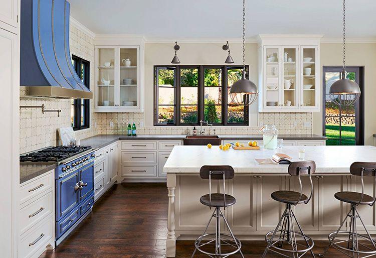 Для кухни практичнее выбирать виниловые обои или обои под покраску, износостойкие, лучше моющиеся спокойных тонов.