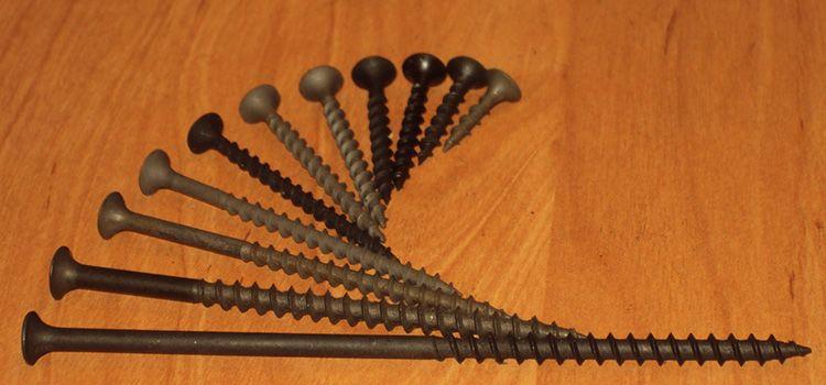 Кроме стандартных размеров, которые были названы выше в таблице, стандарт определяет материал, из которого изготавливается саморез. Эта сталь трёх видов: углеродистая, низкоуглеродистая и коррозионностойкая