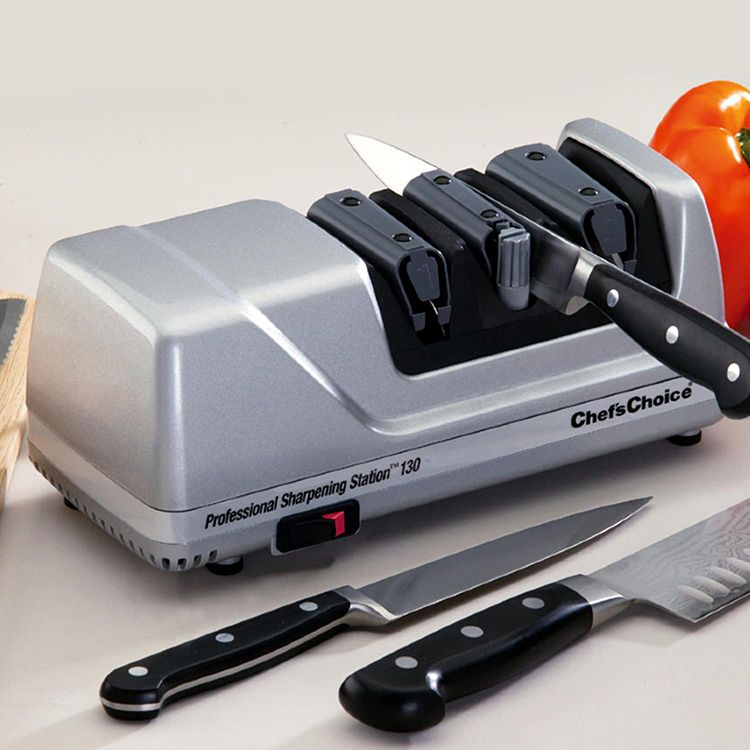 Внешне прибор напоминает металлический брус с отверстиями разного размера для всех типов ножей. Внутри точилки установлен абразивный диск, который вращается под действием электричества