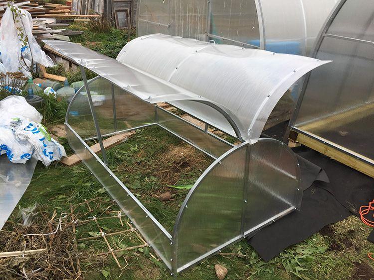 Укладка земли и подготовка теплицы к посадке растений