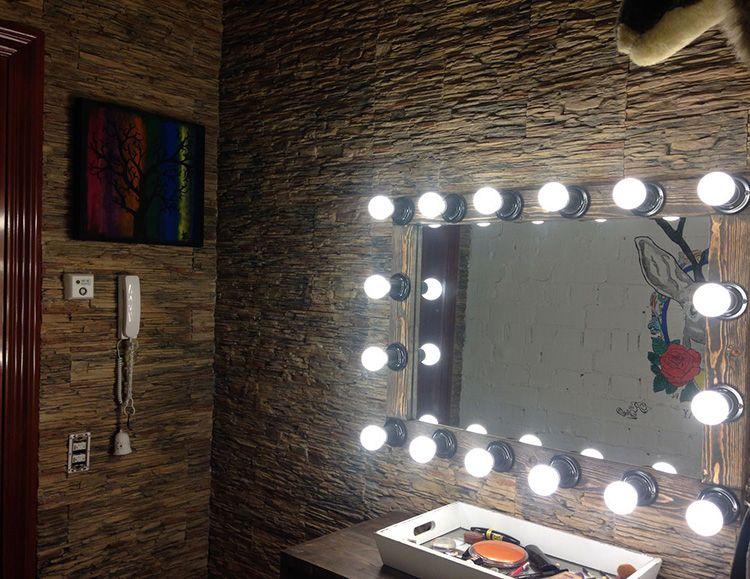 Если вы владеете дизайнерскими знаниями, то можно создать вот такое единое пространство – где зеркало с подсветкой не само по себе, а продолжение идеи оформления всего пространства.