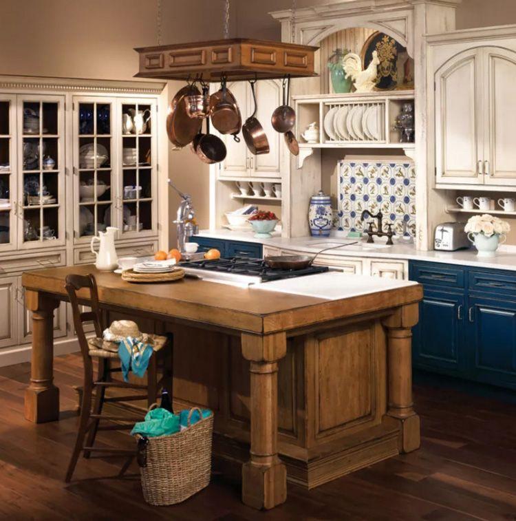 Очень стильно на кухне в стиле Прованс смотрится медная посуда, и такие же медные, «под старину» смесители.