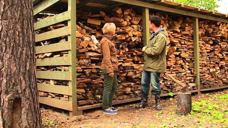 Навес из поддонов для хранения дров
