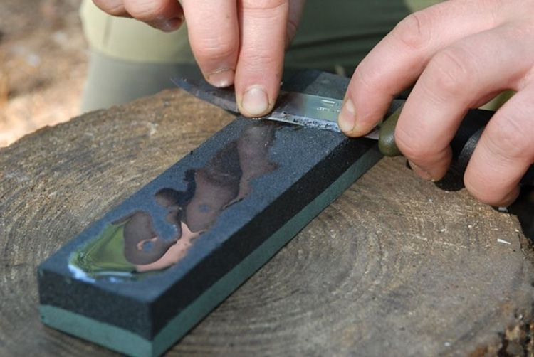 Чтобы выдержать правильный угол, новичкам можно посоветовать сточить из дерева специальный клинок, угол которого соответствовал бы необходимому углу заточки. Аккуратно положите лезвие на этот клинок, спустите угол его к точильной поверхности и начинайте работу.