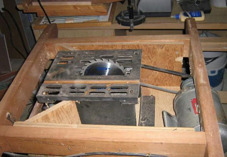 В качестве опорной конструкции можно использовать самодельный стол для циркуляционной пилы