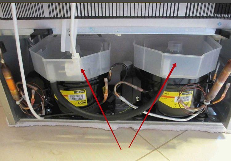Если в вашем холодильнике предусмотрена саморазмораживающаяся камера, то причиной неприятного запаха может быть вода, оставшаяся в поддоне