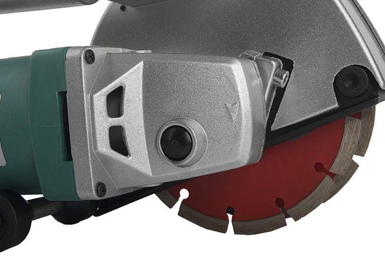 Основа конструкции штробореза – два параллельно стоящих алмазных диска (они могут быть разного диаметра), которые и позволяют нарезать борозды заданных параметров.
