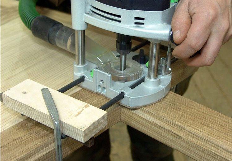Для простых работ с ручным фрезером не нужно иметь огромный опыт. Чтобы отфрезеровать плинтус или рейку, потребуются буквально несколько секунд.